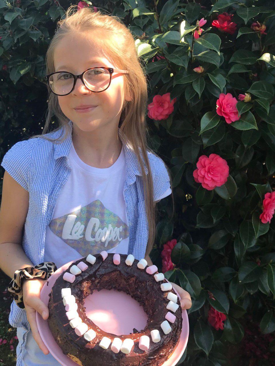 Elle a fait un gâteau toute seule ( gâteau yaourt, nappage au chocolat)