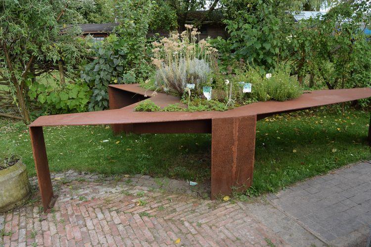 Une table de plantes aromatiques en métal