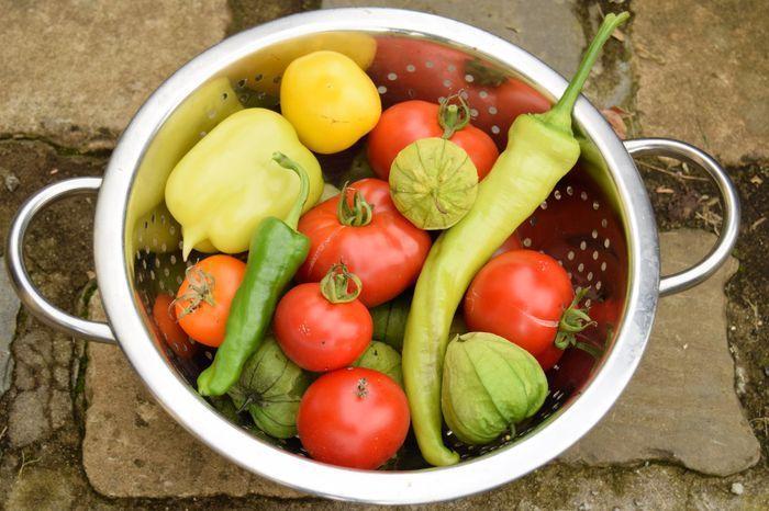 Quelques tomatillos ajoutés à une simple ratatouille lui confèrent une petite note acide bienvenue.