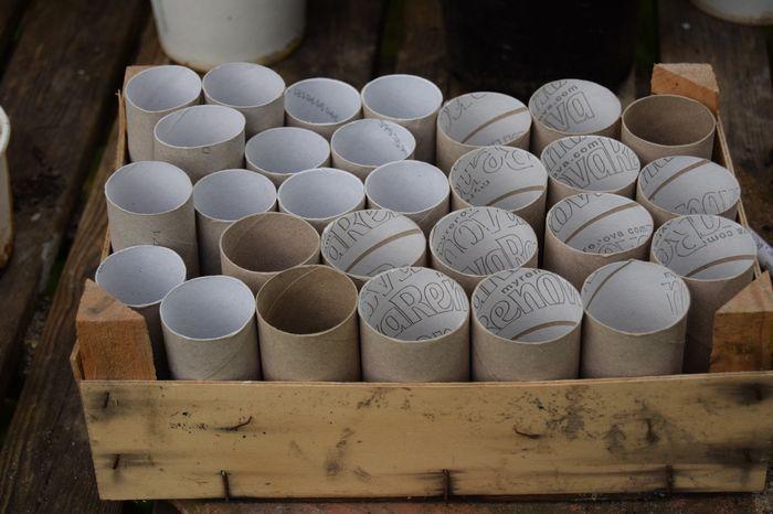 Tout d'abord, collectionner les rouleaux de papier-toilette vides, ça aide à patienter...