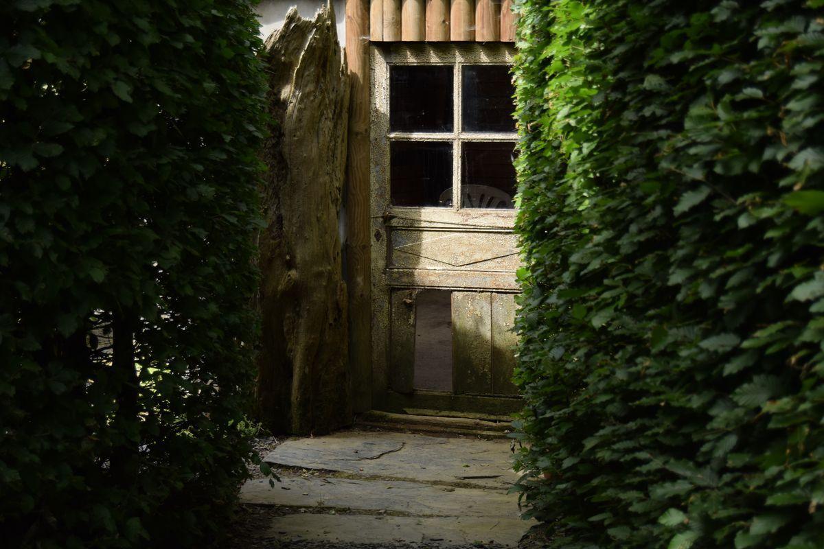 Au détour d'une haie, on découvre la petite maison conrtuite en matériaux de récupération... elle abrite peut-être des lutins et des fées.
