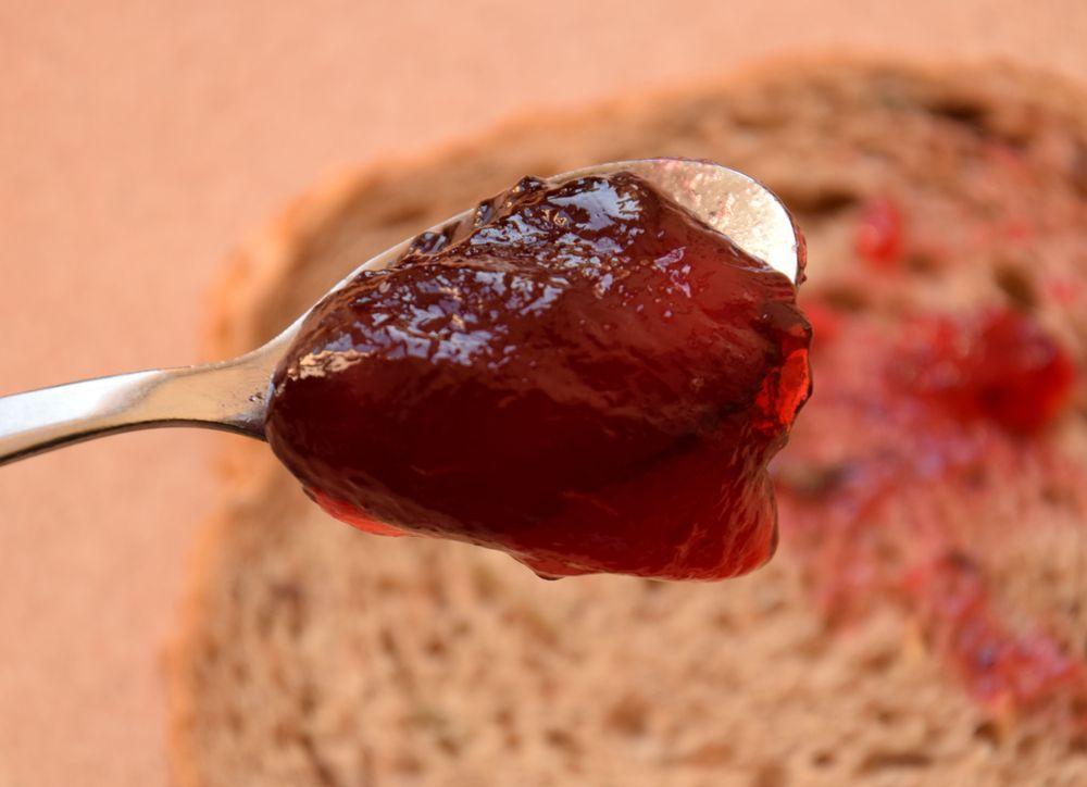 """La gelée de groseille """"maison"""", réalisée avec du jus frais et du sucre """"gélifiant"""" a un goût incomparable."""