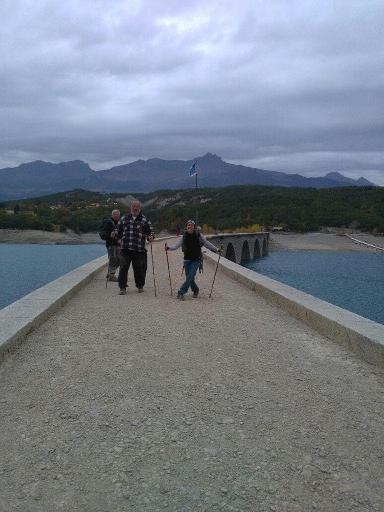 Le pont de la ligne de chemin de fer qui devait rejoindre Barcelonnette. Des randonneurs heureux. (Photo DR)