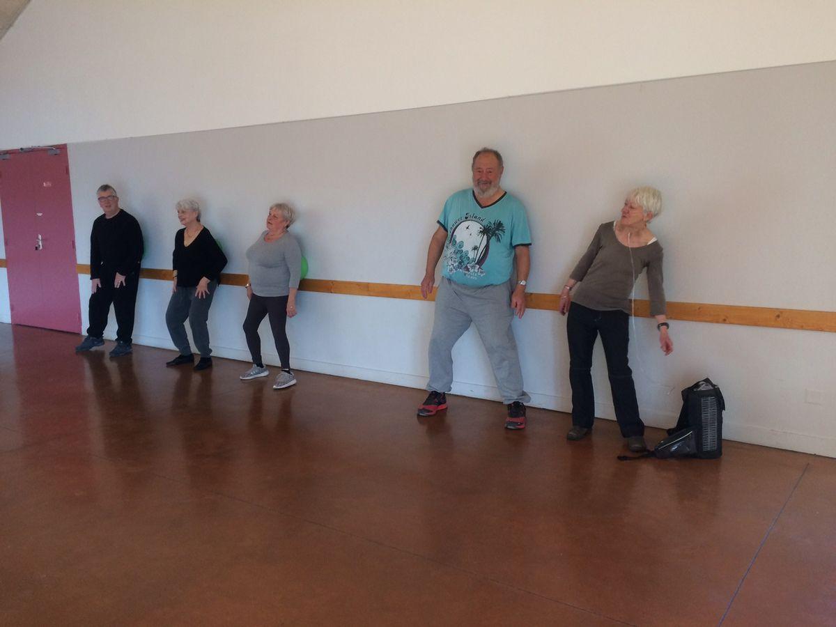 Un programme qui propose une gym douce qui a permis aux participants de bouger. (Photo VV)