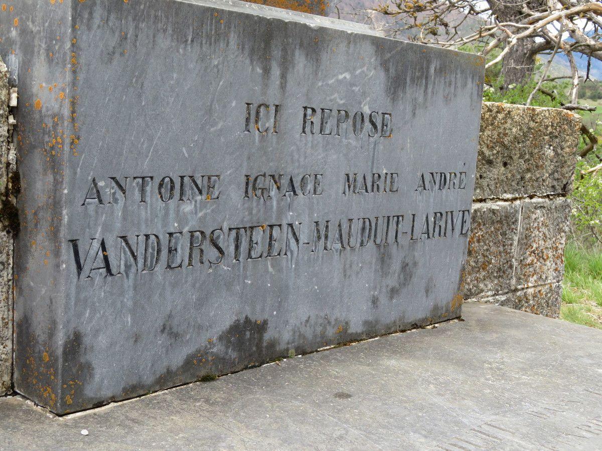 La chapelle Sainte Philomène à gauche et la tombe du commandant Mauduit à droite. (Photos MF)