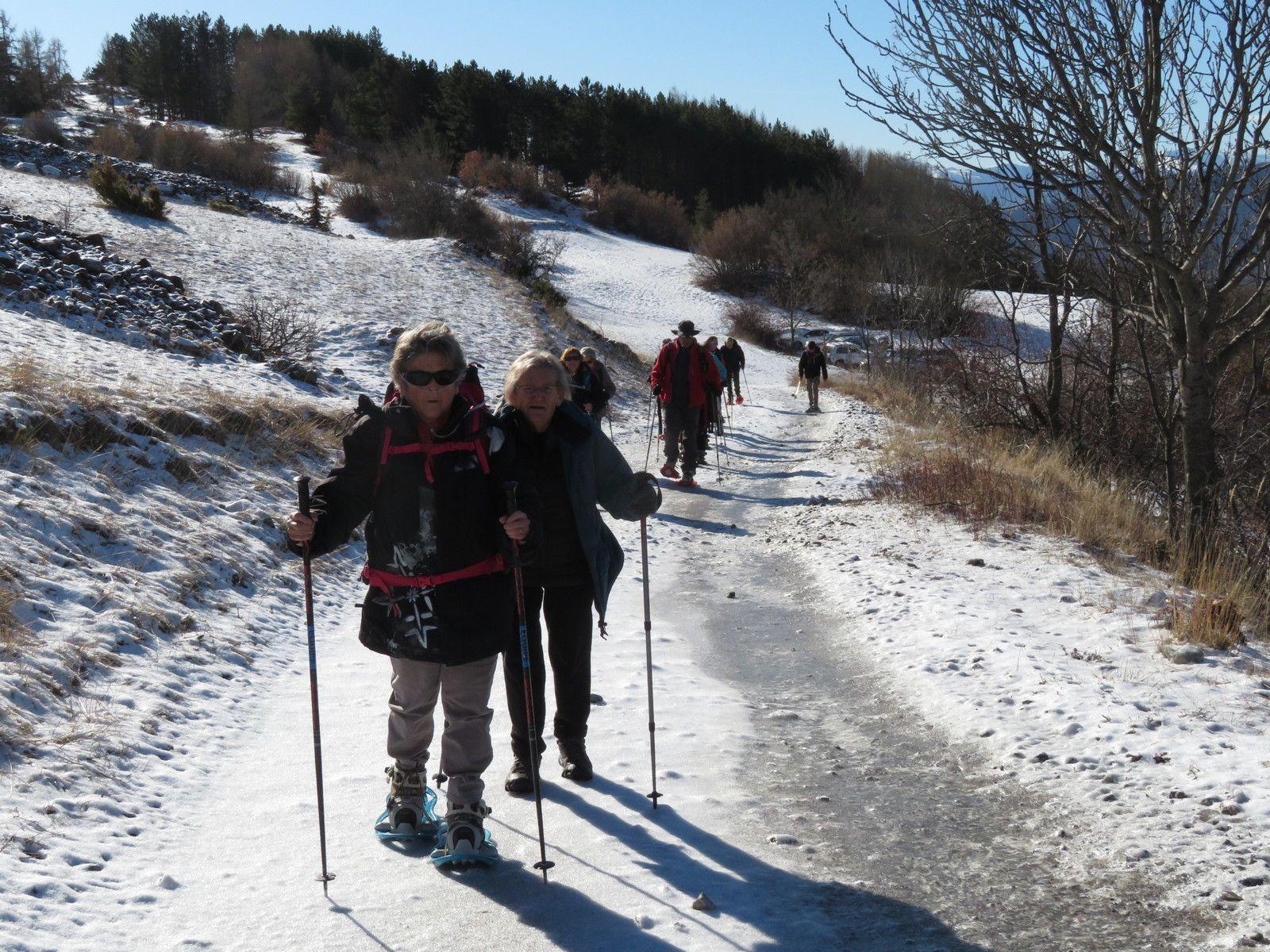 Nous grimpons sur le chemin en direction du col de la Gardette. (Photo MF)