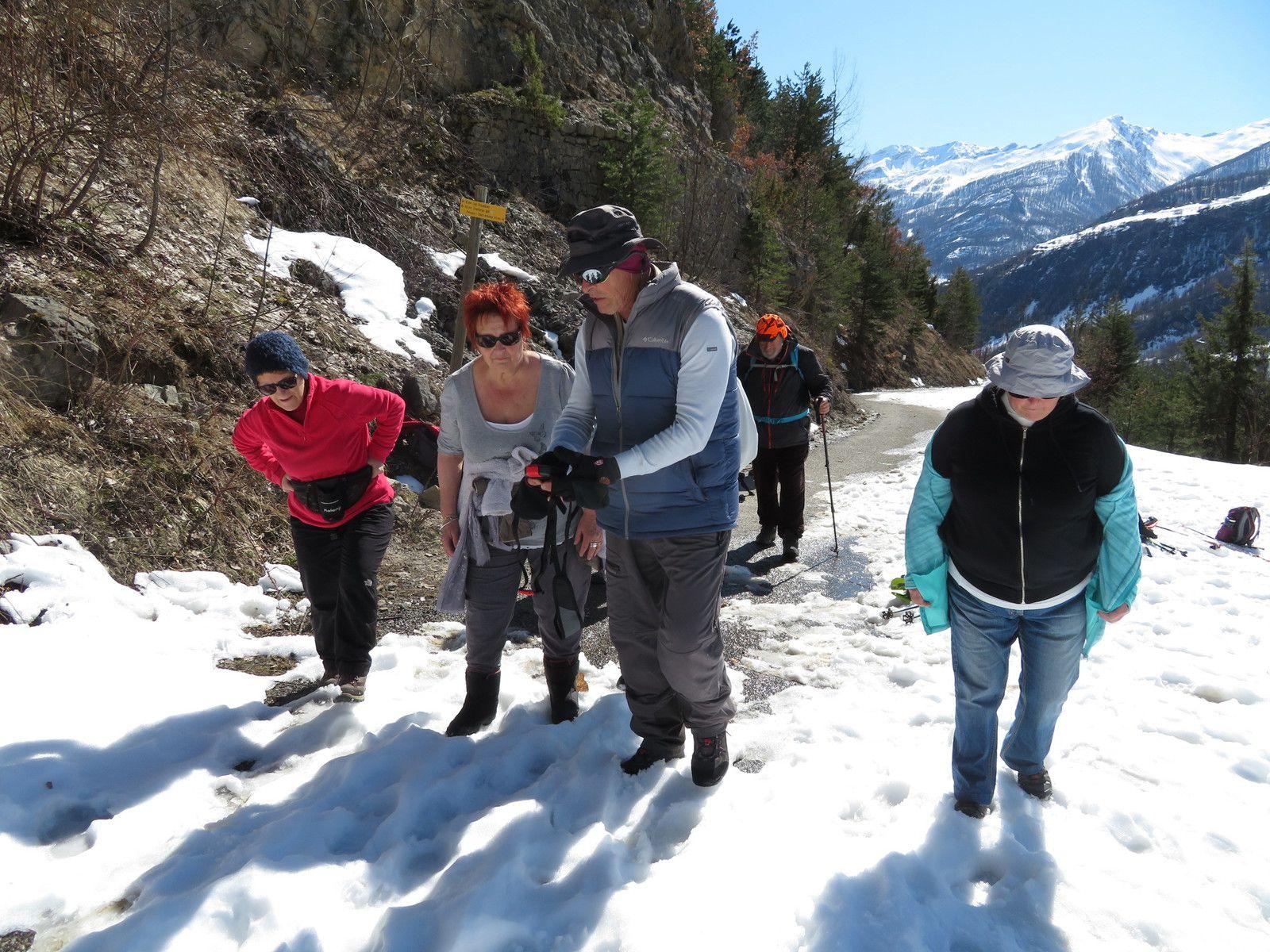 Notre accompagnateur, Jacques nous montre comment rechercher une personne dans la neige avec un DVA. (Photo MF)