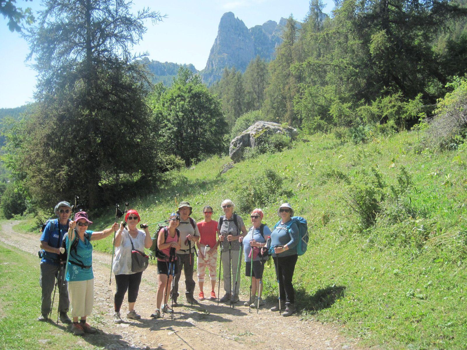 Sur le chemin non loin du gîte des 3 cols, sur fond des Aiguilles de Chabrière, vues de dos. (Photo MR)