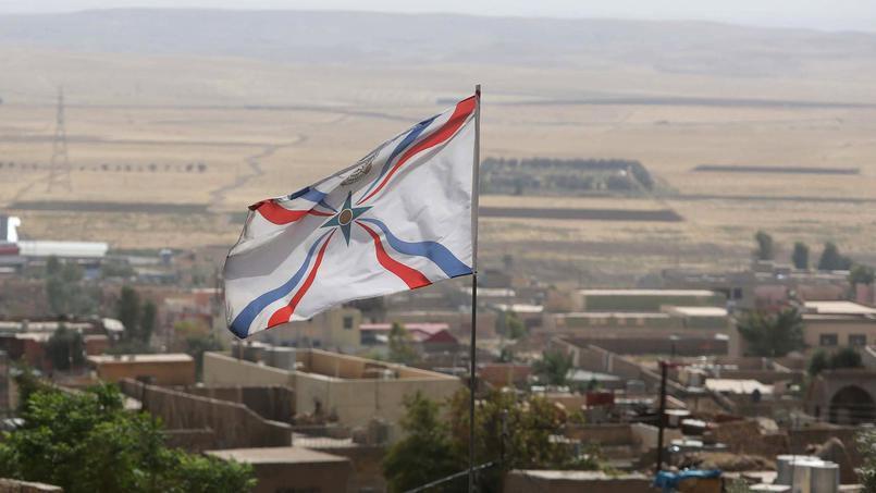 Le drapeau assyrien flotte au-dessus de la ville chrétienne d'Al-Qosh, en septembre 2014 au nord de l'Irak. Crédits photo MOHAMMED SAWAF/AFP