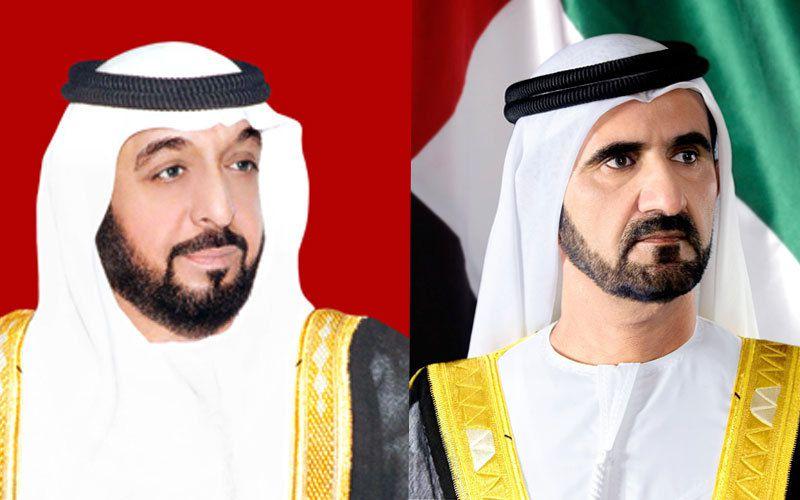 A gauche : Khalifa ben Zayed Al Nayhan, émir d'Abu Dhabi et président de la Fédération des EAU ; à droite : Mohammed ben Rachid Al Maktoum, émir de Dubaï, vice-président, Premier ministre et ministre de la Défense des EAU.