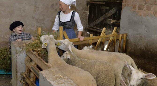 Pour son plus grand plaisir, Pierre accompagne sa mère pendant la visite de la ferme. Photo : FRANCK KOBI