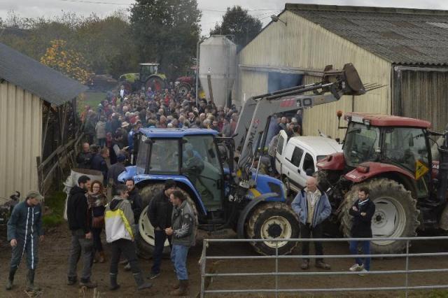 Plusieurs dizaines de tracteurs encerclent la ferme de Sylvain Fresneau, opposant à l'aéroport de Notre-Dame-des-Landes. Photo : Jérôme Fouquet