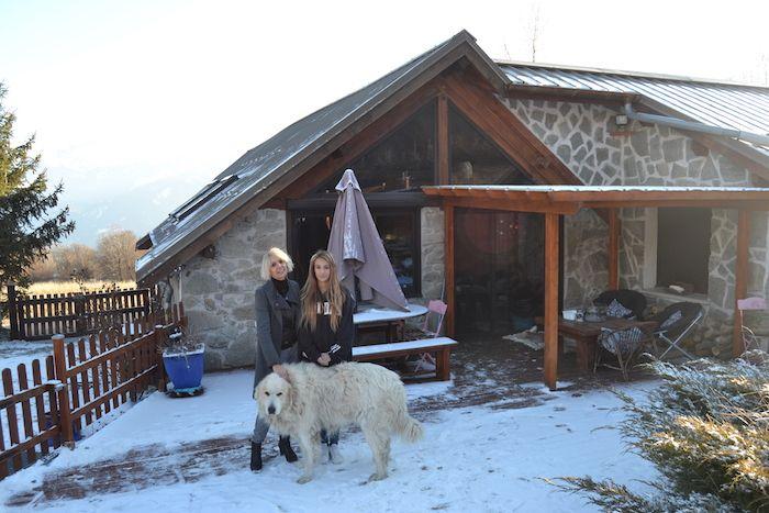 Béatrice et sa fille Jade ont vu leur maison de Savines dévaluée à cause des pylônes construits à 100 mètres de chez elles.