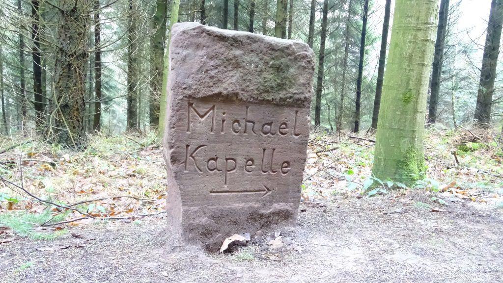 Depuis la Croix du Langenthal, quelques monumentales bornes anciennes jalonnent le sentier…