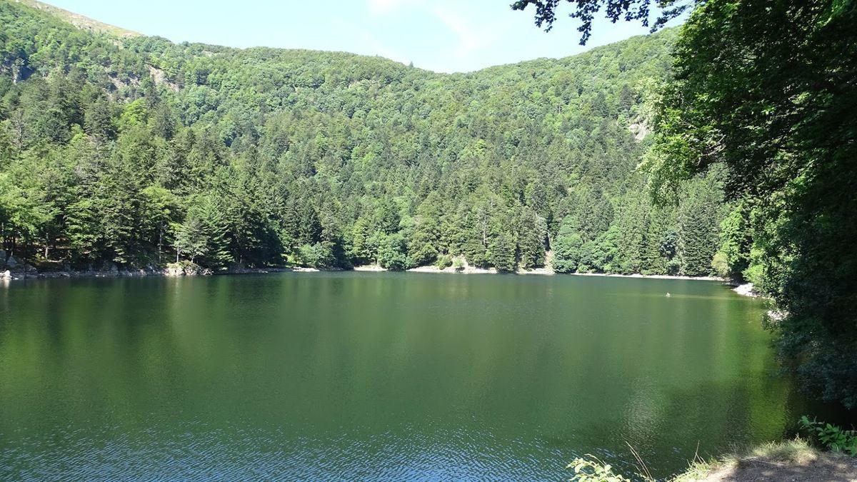 Le lac de l'Altenweiher est situé à Mittlach dans la vallée de Munster entre les sommets du Kastelberg et du Rainkopf. Photo : JLS (Cliquez pour agrandir)