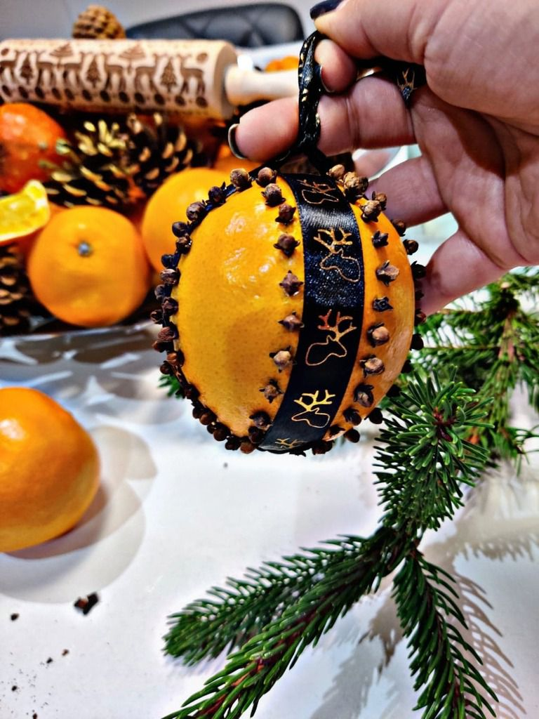 Comment décorer une orange de Noel avec des clous de girofles