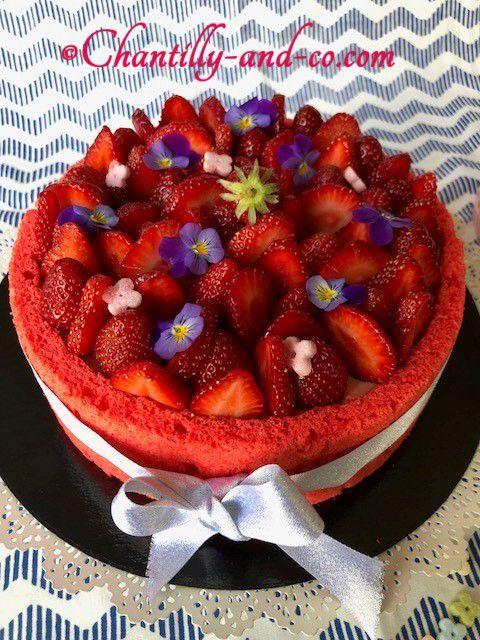 Charlotte aux fraises et fleurs