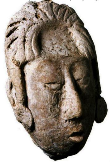 Tête miniature du dieu du maïs. El Palacio,, Palenque, Chiapas, env. 615 EC. Classique tardif, stuc modelé, Musée du site de Palenue Alberto Ruz Lhuillier, Palenque. Ph. : Martirene Alcántara