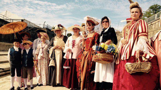 Travail remarquable des personnes qui confectionnent ces costumes historiques pour notre plus grand plaisir !