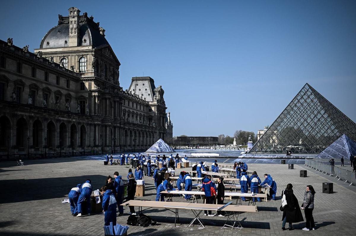 Avancement de l'oeuvre de JR pyramide du Louvre en trompe-l'oeil 29 mars 2019