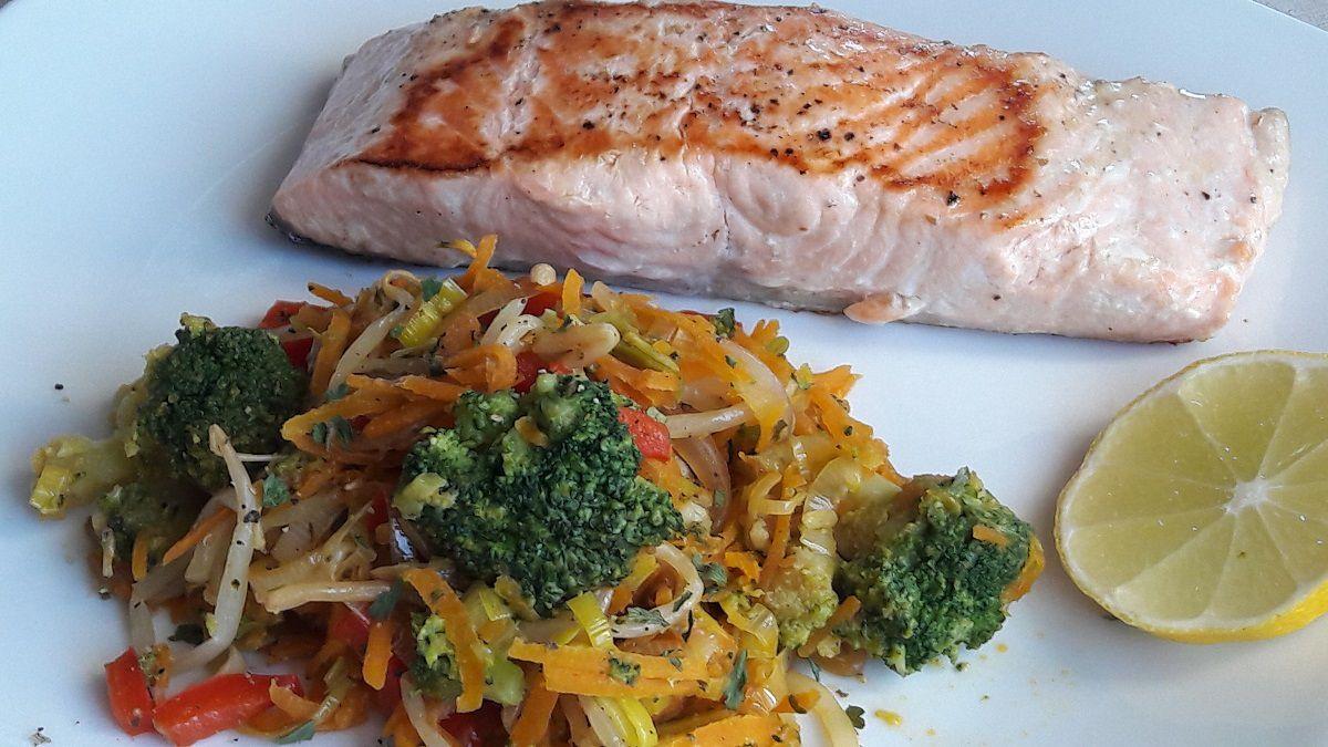 Wok de légumes et saumon grillé