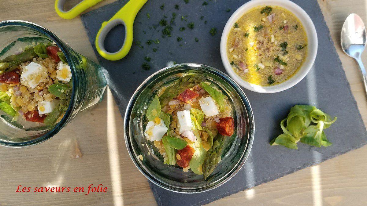 Salade printanière, quinoa, lentilles corail, chorizo, feta et pointes d'asperges vertes