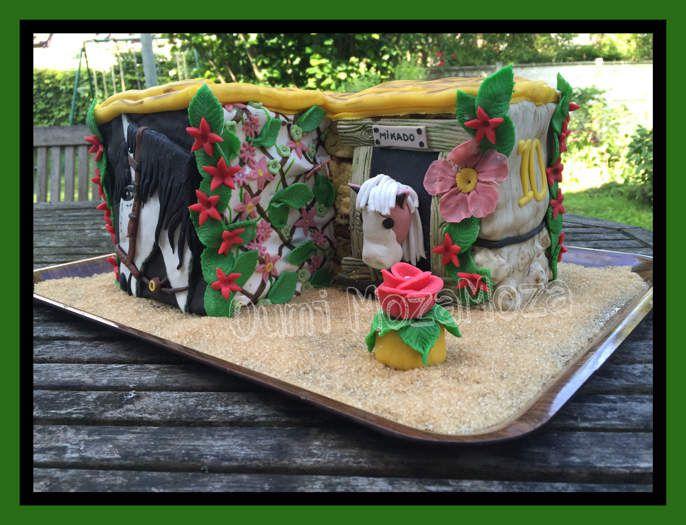 Gateau cheval et ecurie, modelages entièrement faits mains, pate à sucre entièrement peinte au pinceau avec gel alimentaire. Joyeux anniversaire Alice, 10 ans (juin 2016)