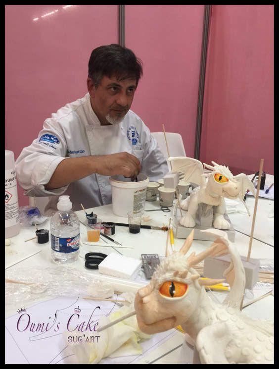 Hier j'ai eu l'immense chance de participer à un atelier privé de Gabriel Castillo et Maria Castro, grands cake designer argentins, qui donnent de cours à travers le monde. Un cours d'une générosité extraordinaire, une sympathie et une profonde bonté. Donnez à Maria et Gabriel un morceau de gumpaste, et sans outils, avec leurs mains aux doigts en or, ils modèlent un dragon. Qui en plus crache du feu. Du vrai feu 🔥  Merci merci merci pour tous vos conseils, vos astuces et votre générosité. Merci également à la traductrice, très sympa 😀  Mon dragon n'est pas fini, 18h, le parc floral de Paris (où avait lieu le cours) éteignait ses lumières pour démonter les stands et préparer le prochain salon 🤬.  N'hésitez pas à visiter leur page. Regardez leur travail, leur finition.  Gabriel a commencé avec de la pâte à pâtes fraîches, un tuyau en plastique de raccord d'évier, et un pinceau. Et 30 ans après, il fait parti du top 10.... Croyez en vos rêves   https://www.facebook.com/MactortasCake/