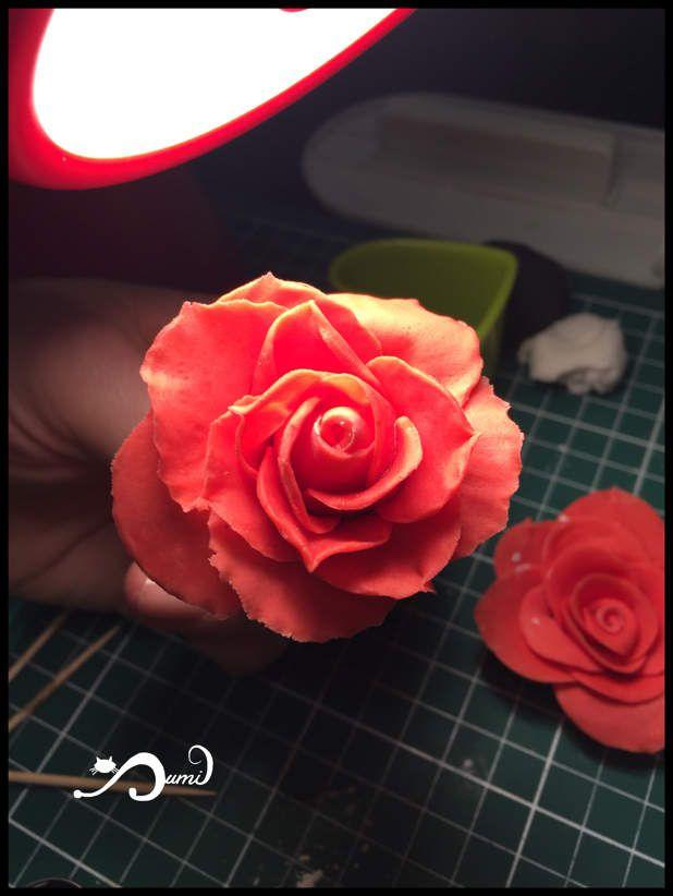 Modelage roses et fleurs, à la main, en pâte à sucre ... travail en cours
