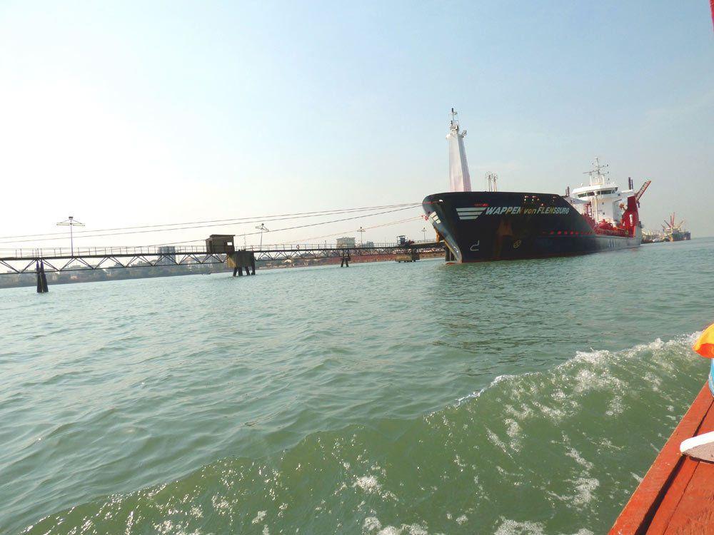 """En partant de """"petit bateau"""", on passe devant le port"""