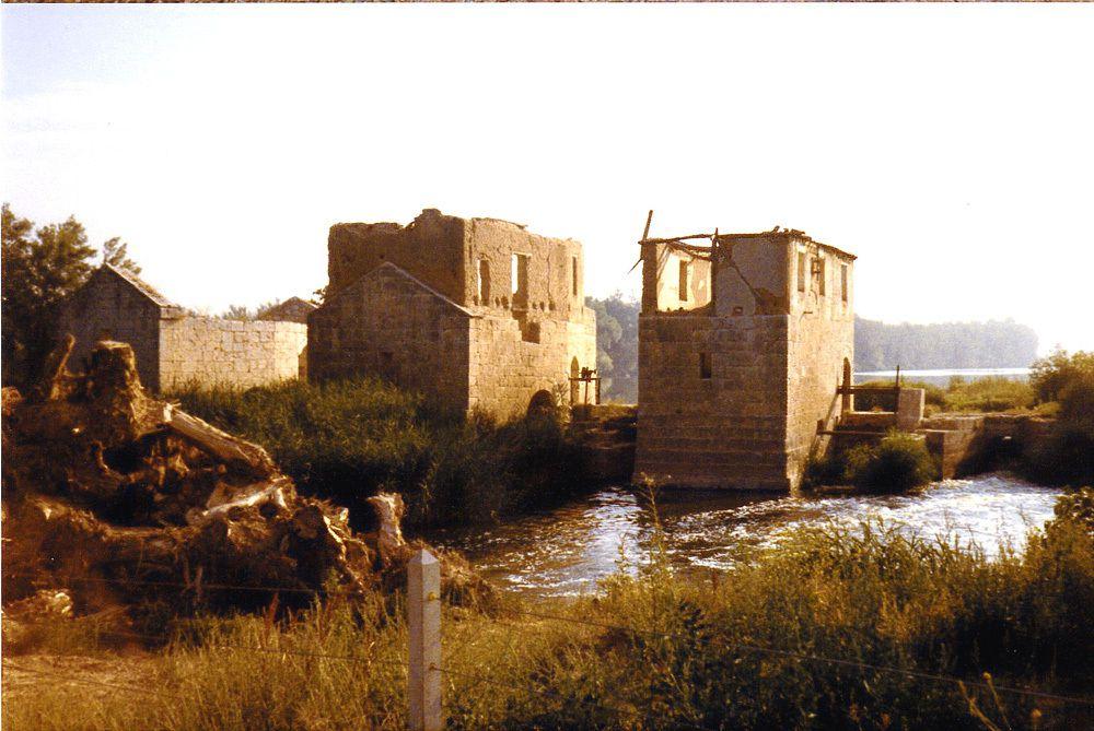 Ferme et vieux moulin. Il y a de nombreux moulins car l'Algérie était un grenier à blé avant l'indépendance