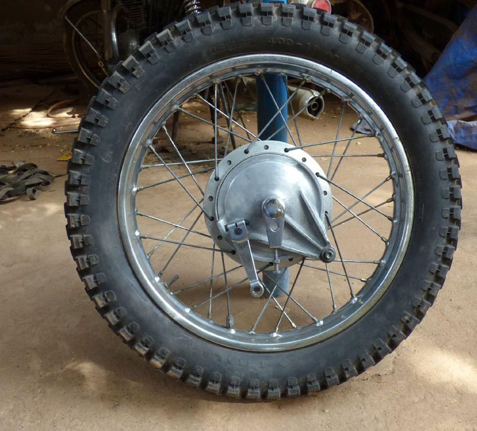 La roue arrière avec son pneu trail à l'arrière. A l'époque j'usais ce que je pouvais pour raison budgétaire