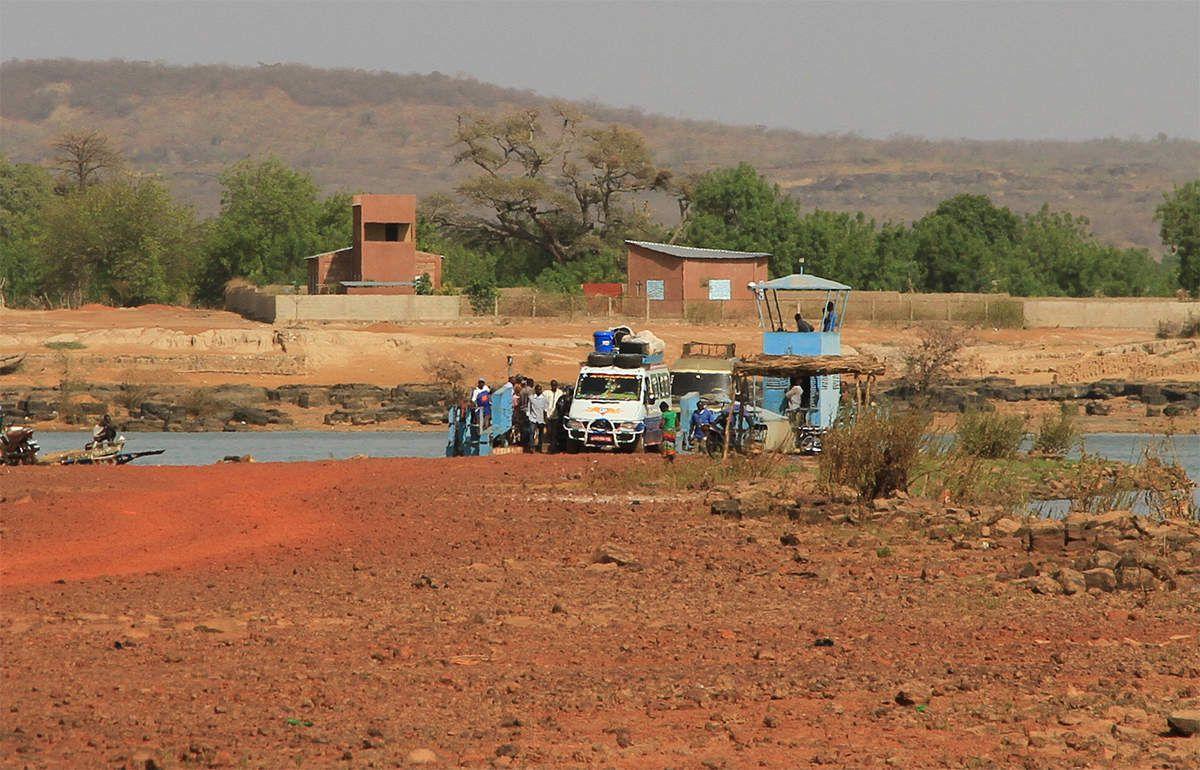 Une jetée qui s'avance loin dans le fleuve permet de rejoindre un bac pour passer sur l'autre rive
