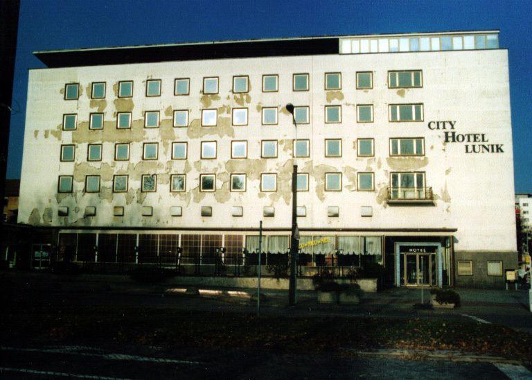Hotel Lunik qui faisait aussi restaurant et night club. Cette photo a été récupérée sur le Web. Le batiment était en meilleur état à mon époque