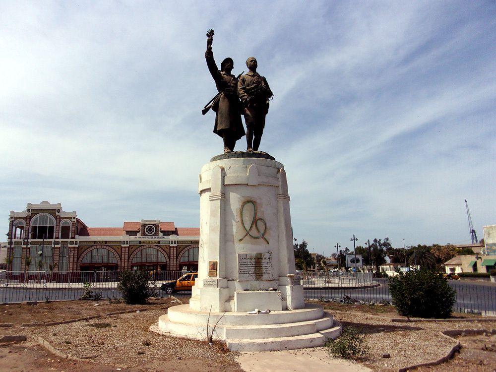 La gare et son monument hommage aux soldats Français et Sénégalais