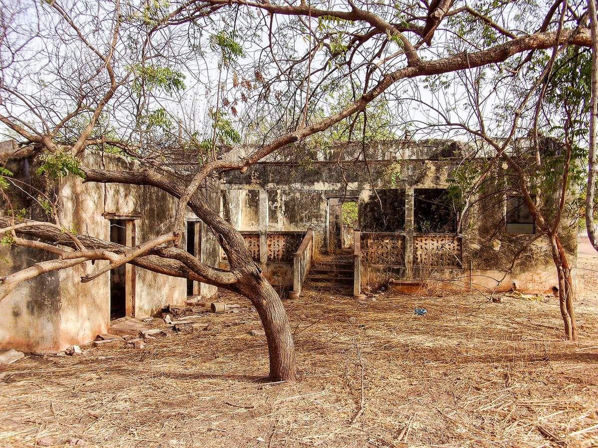 A Goudiri, on peut voir de nombreux vestiges d'anciennes maisons coloniales