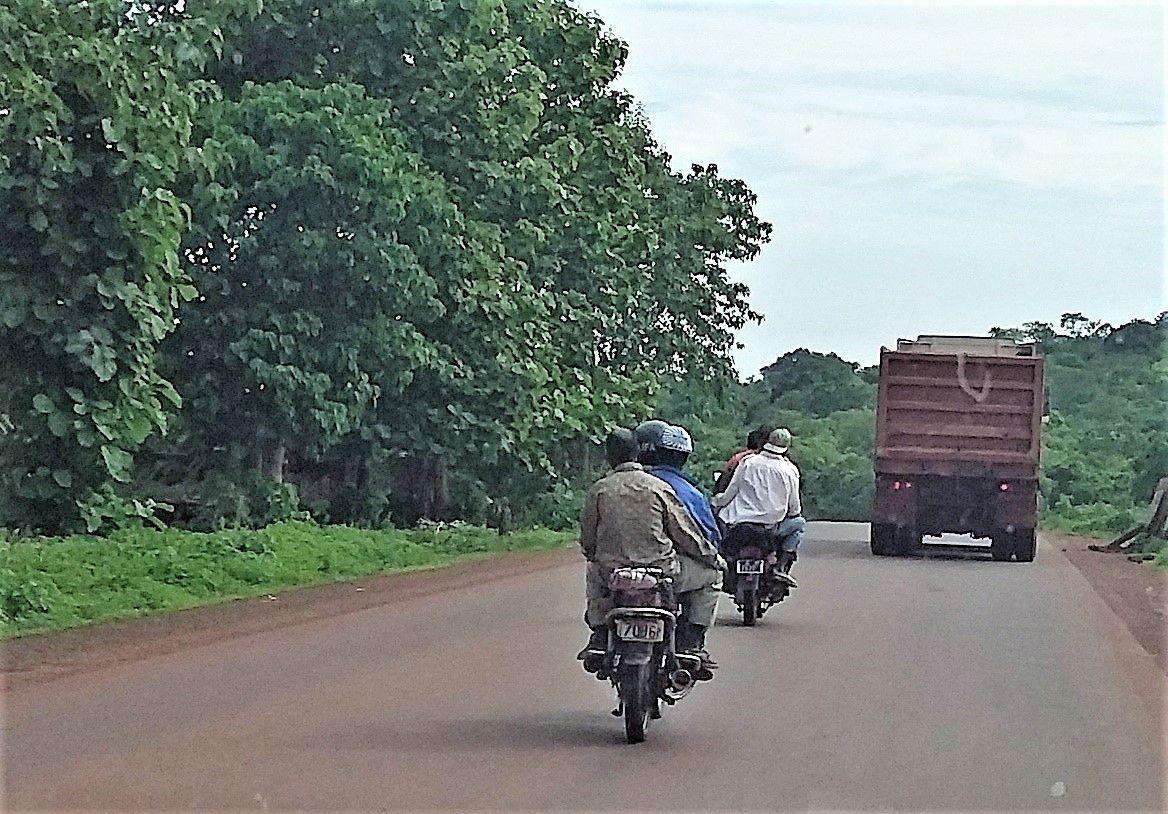 Cascade Guinéenne : Cette cascade est assez simple. Il faut 6 cascadeurs, 3 par motos. Le but est de doubler un poids lourd sans aucune visibilité. On remarquera que le pilote a un casque. La cascade est gagnée si aucun autre camion ne vient en face. Dans le cas contraire, elle est perdue. (Vers Boffa)