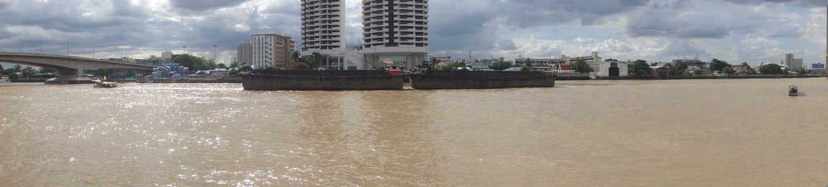 Petit tour au bord du Chaophraya et dans le vieux Bangkok En guise de tickets de métro, un jeton de caddie !.