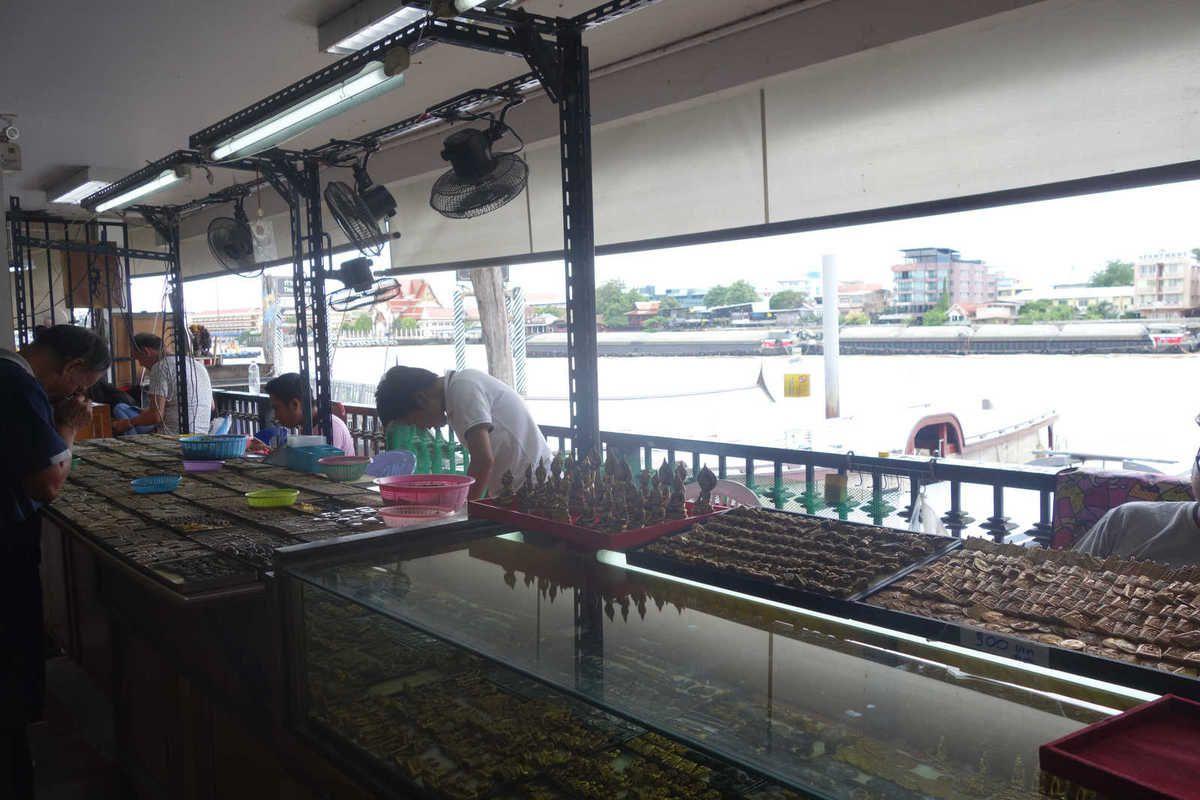 Marché aux amulettes et street food