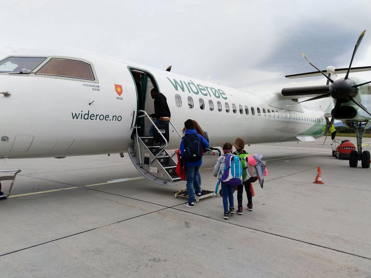 Traversée en bateau Moskenes-Bodo plutôt mouvementée surtout pour Eryne, son estomac n'a pas résisté... L'aller Bodo-Bergen ne le fut pas moins dans ce petit avion un Bombardier Dash Q400,  atterrissage sportif :-)