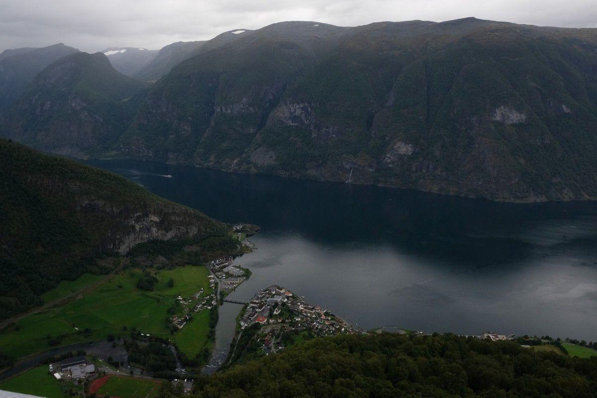 """On quitte le fjord pour grimper sur le """"plateau"""" du jotunheimen après une rencontre avec un ours dans sa grotte"""