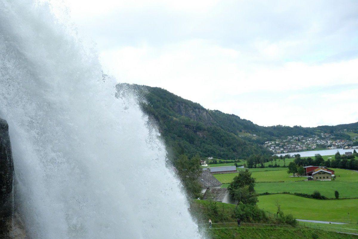 On oublie pas les randonnées pour autant ! Quelques kilomètres dans les rochers pour aller voir une superbe cascade
