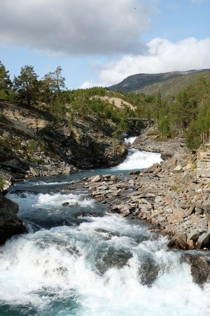 Traversée du parc national de Breheimen : une couleur d'eau extraordinaire pour des rivières de montagne... un bleu turquoise laiteux certainement du à un sédiment particulier (on a pas encore la réponse)