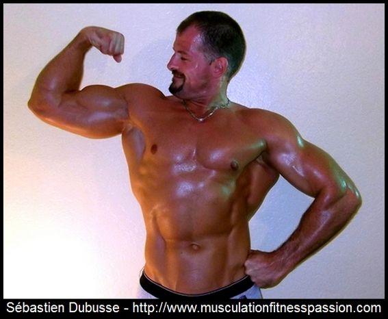 Programme d'entraînement hebdomadaire en split routine, avec 2 haltères et un banc plat, Sébastien Dubusse, blog musculationfitnesspass