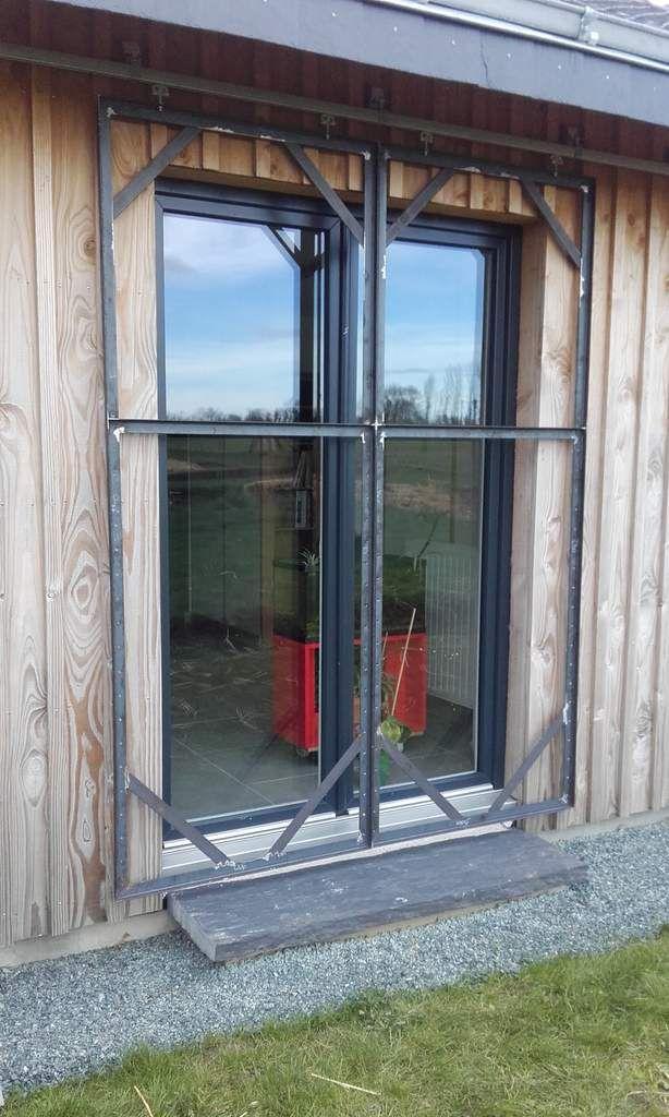 Le volet du milieu est en deux partie ouvrantes de chaque coté de la porte fenêtre.