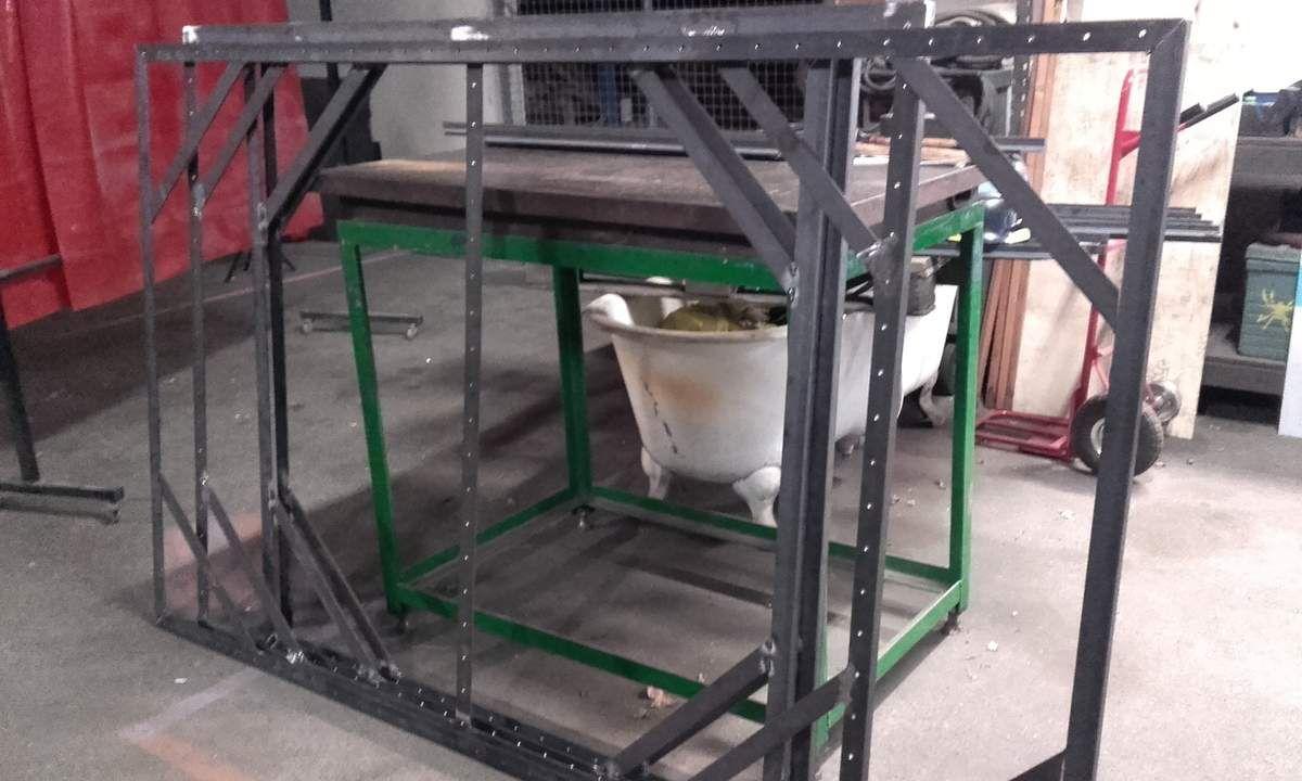 Aprés avoir réalisé les plans, un soudeur professionel a été réquisitionné pour la fabrication des cadres en cornières inégales acier 4 mm. Quelques découpes, des centaines de percages puis la soudure.