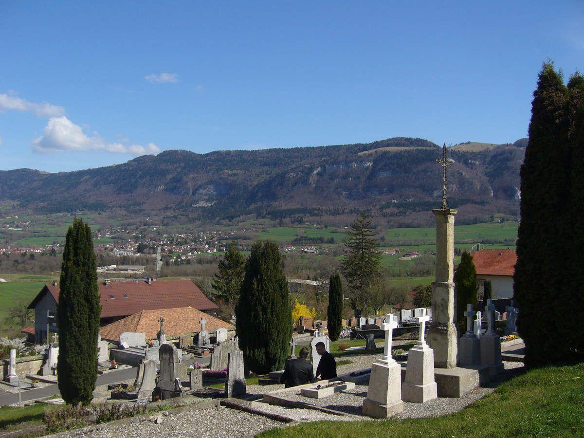 Le cimetierre est situé derrière l'Eglise et bénéficie d'une vue magnifique !
