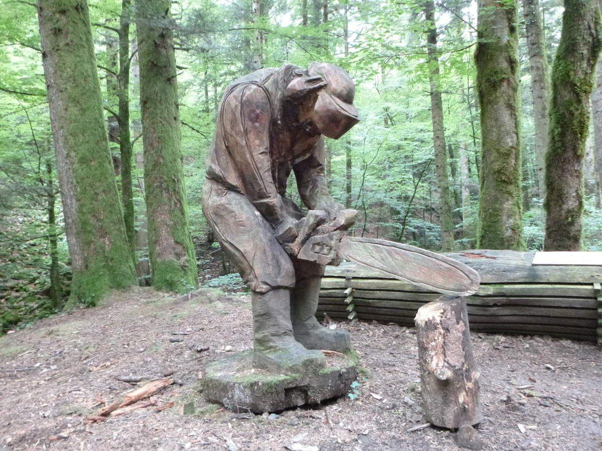 Une des oeuvres de l'artiste Adrien Meneau qui taille à la tronçonneuse ses personnages dans des troncs d'arbre