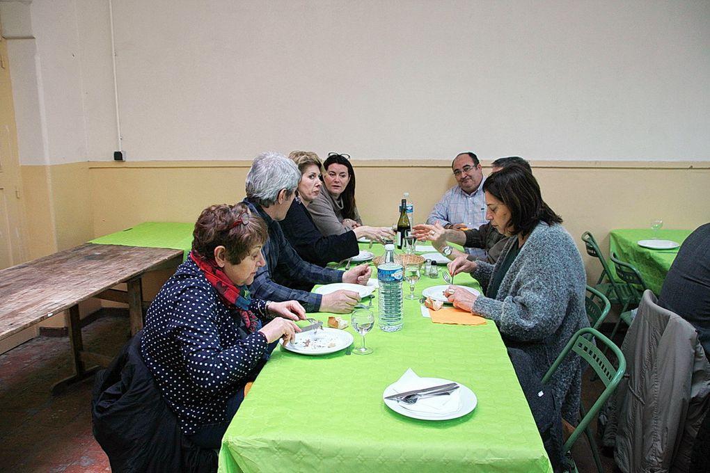Le repas dans une salle presque trop petite, où des parents se sont joints aux anciens.