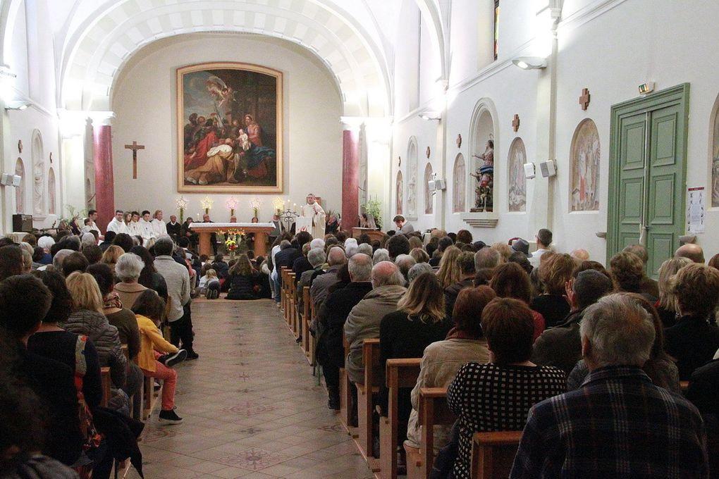 La célébration dans une chapelle pleine